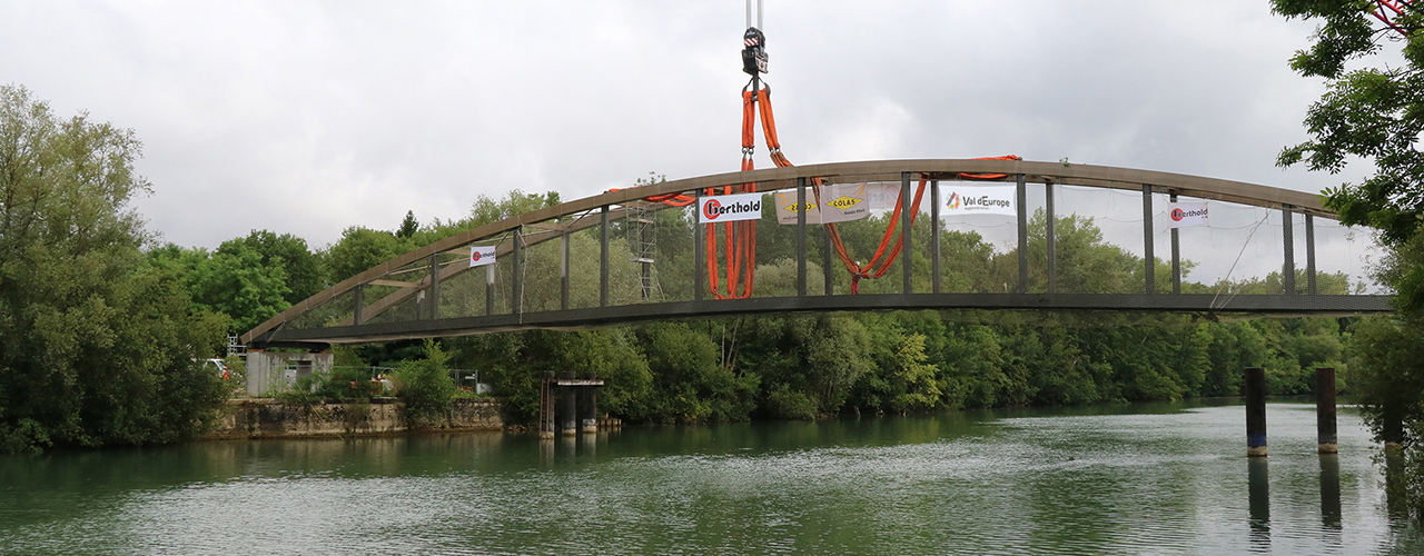 Pose de la passerelle de Chessy-Dampmart : un vrai défi technique